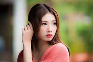 Bakgrundsbilder på skrivbordet Asiater Suddig bakgrund Brunhårig tjej Ser Händer Unga_kvinnor