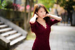 Fondos de escritorio Asiática Fondo borroso Pelo castaño Contacto visual Mano Vestido mujer joven