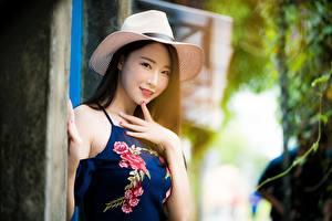 Desktop hintergrundbilder Asiatische Unscharfer Hintergrund Der Hut Brünette Hand Starren Mädchens