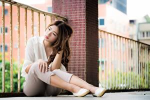 Tapety na pulpit Azjaci Brązowowłosa dziewczyna Siedzą Nogi Bokeh dziewczyna