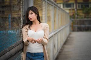 Hintergrundbilder Asiaten Brünette Blick Hand Unscharfer Hintergrund junge frau