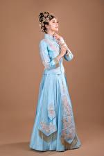 Hintergrundbilder Asiatisches Schmuck Pose Kleid junge Frauen
