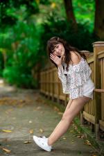 Tapety na pulpit Azjatycka Pozować Nogi Uśmiech Wzrok dziewczyna