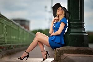 Bakgrundsbilder på skrivbordet Blond tjej Hatt Sitter Ben Suddig bakgrund Pose Camille