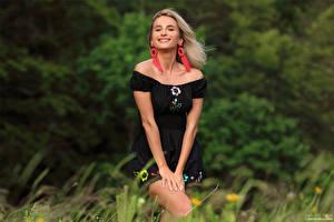 Tapety na pulpit Cara Mell Blondynka Trawa Sukienka Uśmiech Wzrok dziewczyna