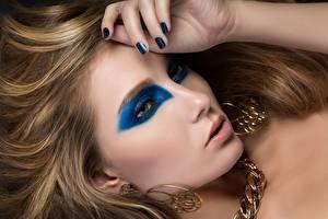 Bilder Finger Schmuck Dunkelbraun Schminke Maniküre Ohrring Blick Model Mädchens