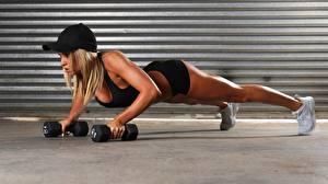 Bureaubladachtergronden Fitness Dumbbell Baseballpet Hand Planking Sport Jonge_vrouwen