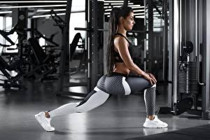 Bureaubladachtergronden Fitness Stretching oefeningen Benen Sneaker Zijaanzicht Brunette meisje Poseren jonge vrouw