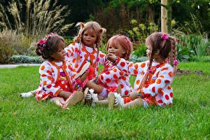 Bilder Deutschland Park Puppe Kleine Mädchen Sitzt Gras Grugapark Essen Natur