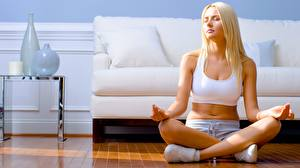 Bakgrundsbilder på skrivbordet Lotusställning Fitness Yoga Ben Blond tjej Sport Unga_kvinnor