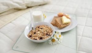 Fotos Milch Brot Müsli Kamillen Frühstück Trinkglas Teller Öle Herz das Essen