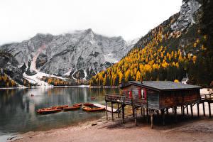 Hintergrundbilder Gebirge Herbst Wald Seebrücke Boot Italien Dolomite Alps, Lake Bries, South Tyrol Natur