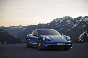 Tapety na pulpit Góra Porsche Barwa niebieska Widok z przodu Taycan Samochody