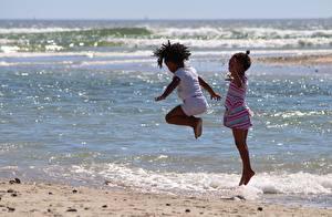 Bilder Meer Kleine Mädchen 2 Sprung Neger Kinder