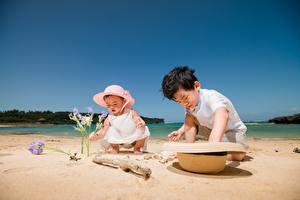 Desktop hintergrundbilder Sommer Asiatische Strand Zwei Spielt Der Hut Sand Junge Kleine Mädchen Kinder