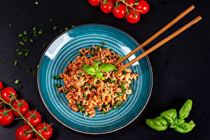 Bureaubladachtergronden Tomaten Zwarte achtergrond Bord maaltijd Macaroni Eetstokjes Ketchup Basilicum Voedsel