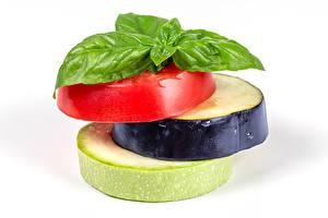 Tapety na pulpit Pomidory Melanzana Kabaczek Białe tło Kawałek Bazylia pospolita Jedzenie