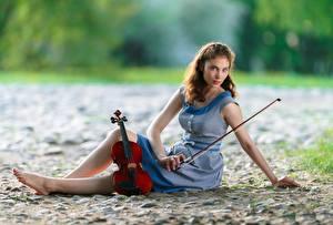Bilder Violine Sitzt Kleid Bein Starren Unscharfer Hintergrund junge frau