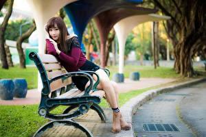 Bilder Asiatische Bank (Möbel) Unscharfer Hintergrund Sitzend Bein Mädchens