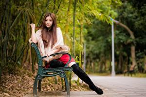 Fotos Asiatische Bokeh Bank (Möbel) Braune Haare Sitzend Bein Stiefel junge frau