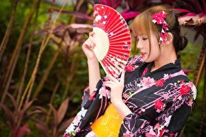 Tapety na pulpit Azjaci Bokeh Dziewczyna z brązowymi włosami Wachlarz Ręce Kimono młode kobiety