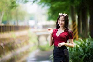 Tapety na pulpit Azjatycka Rozmazane tło Brunetka Spojrzenie Uśmiech Okulary Ręce dziewczyna