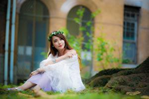Hintergrundbilder Asiatisches Unscharfer Hintergrund Sitzend Braune Haare Starren Kranz Mädchens