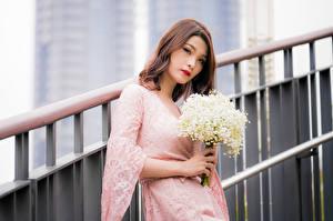 Bilder Asiatische Blumensträuße Maiglöckchen Kleid Starren Bokeh junge Frauen