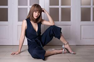 Fotos Asiatisches Braunhaarige Sitzt Hand Posiert Bein Stöckelschuh Mädchens