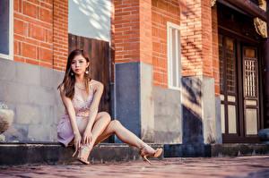 Fotos Asiaten Braune Haare Sitzt Bein Starren High Heels junge frau
