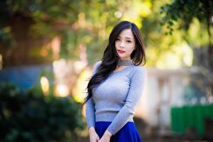 Fotos Asiatische Brünette Unscharfer Hintergrund Blick Hand Sweatshirt Mädchens