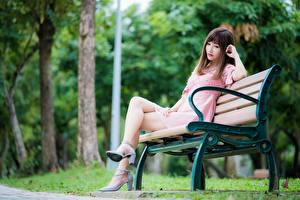 Hintergrundbilder Asiaten Parks Braunhaarige Bank (Möbel) Sitzend Bein High Heels Mädchens
