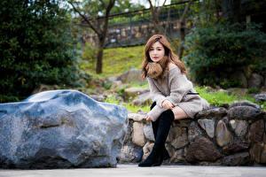 Bilder Asiaten Stein Sitzend Blick junge frau
