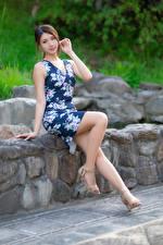 Hintergrundbilder Asiaten Stein Sitzt Bein Kleid Starren Unscharfer Hintergrund junge frau