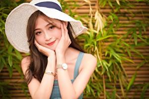 Papel de Parede Desktop Asiático Relógio de pulso Chapéu Cabelo castanho Mão Ver Sorrir moça