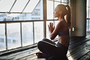 Desktop hintergrundbilder Asiatische Yoga Posiert Bokeh Sitzen Seitlich junge Frauen