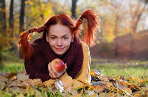 Hintergrundbilder Herbst Rotschopf Zopf Lächeln Blick Hinlegen Blattwerk Bokeh Mirella Mädchens