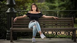 Fotos Bank (Möbel) Braunhaarige Sitzend Hand Bein Jeans Sportschuhe junge frau