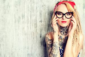 Tapety na pulpit Blondynka Wzrok Okulary Ręce Tatuaże dziewczyna