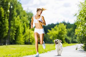 Fotos Hunde Golden Retriever Weg Bokeh Laufsport Blondine Shorts Sport Mädchens