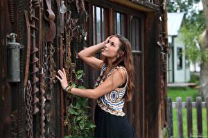 Hintergrundbilder Elena Generi Hand Pose Kleid Starren Braunhaarige