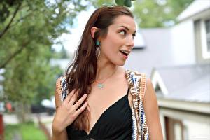 Fotos Elena Generi Hand Staunen Starren Braune Haare junge frau