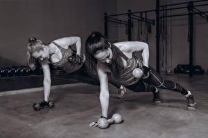 Bilder Fitness Schwarzweiss Zwei Hantel Körperliche Aktivität Hand Unterarmstütz Mädchens