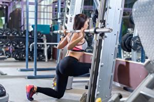 Fotos Fitness Trainieren Brünette Bein Fitnessstudio junge frau