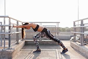 Fotos Fitness Trainieren Bein Sportschuhe Posiert junge frau