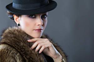 Fotos Schminke Der Hut Hand Blick Grauer Hintergrund Kateryna Mädchens