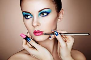 Fotos & Bilder Lippenstift Make Up Gesicht Schön Maniküre Hand Oleg Gekman Mädchens