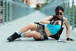 Desktop hintergrundbilder Pistole Brünette Hinlegen Hand Brille Handschuh Shorts Bein Boots Cosplay Lara Croft junge frau