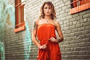 Hintergrundbilder Posiert Kleid Hand Tätowierung Starren junge frau