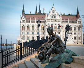 Desktop wallpapers Sculptures Man Hungary Budapest Sit Street lights Attila Jozsef, Parliament Cities